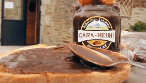 Nos crèmes de caramel se tartinent selon tous vos plaisirs : crêpes, gaufres, cake, tartine, etc.