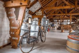 Parcourez la collection d'étiquettes de fromages et de machines d'antan, utilisées pour récolter le lait et le transformer.
